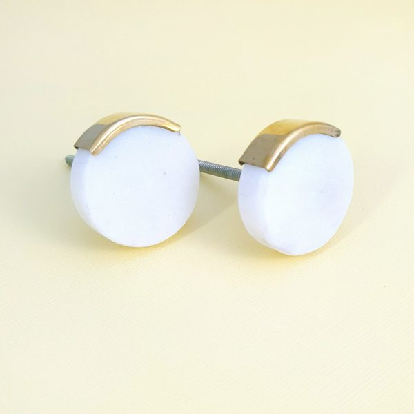 Round white marble with gold edge 1 600x600 - White Circle Knob with Brass Trim