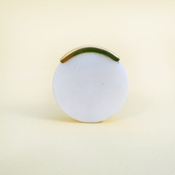 Round white marble with gold edge 6 600x600 - White Circle Knob with Brass Trim