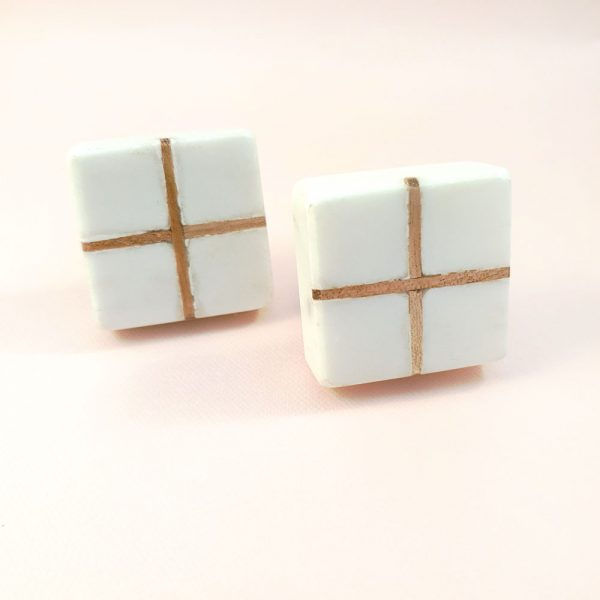 Square White Marble with wood cross knob 3 600x600 - White Square Marble and Wood Intercross Knob