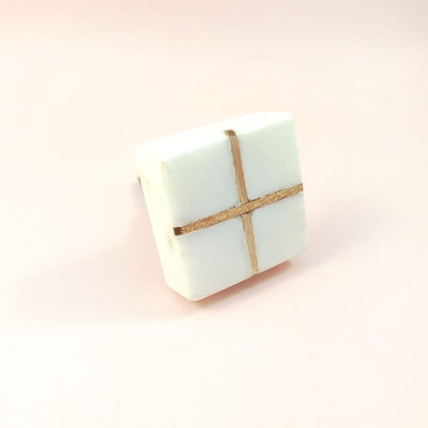 Square White Marble with wood cross knob 4 600x600 - White Square Marble and Wood Intercross Knob