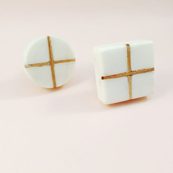 White Marble with wood cross knob 2 600x600 - White Square Marble and Wood Intercross Knob