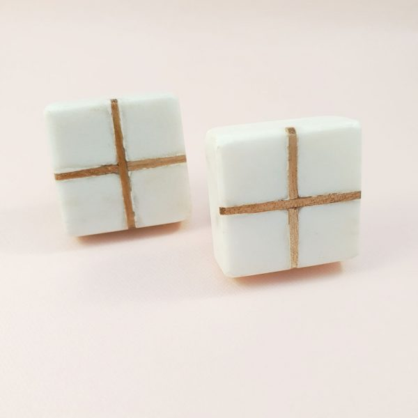 White Marble with wood cross knob 5 600x600 - White Square Marble and Wood Intercross Knob