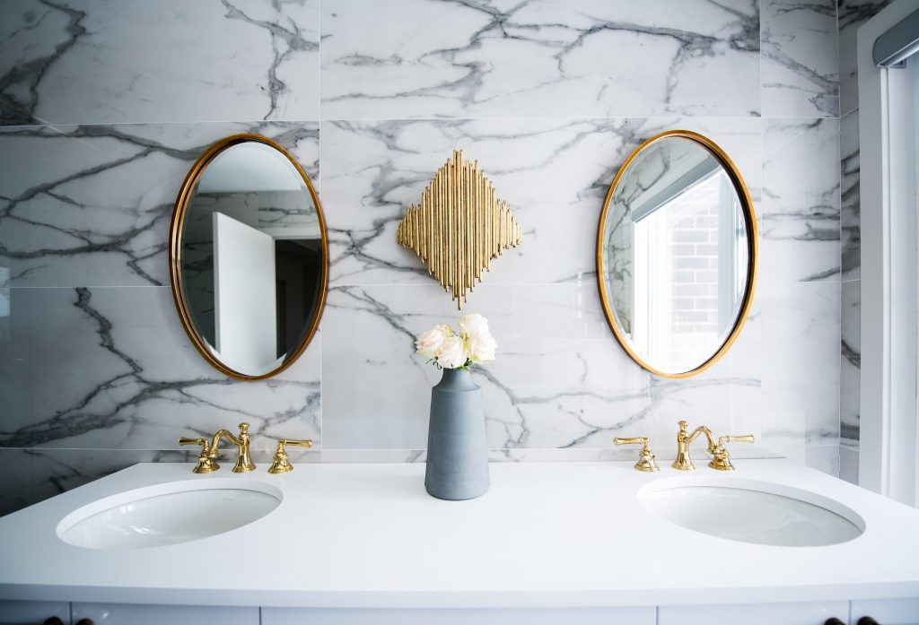 christian mackie 6BJu73 UJpg unsplash 1024x697 - The Power of Gold: How to Illuminate Your Décor
